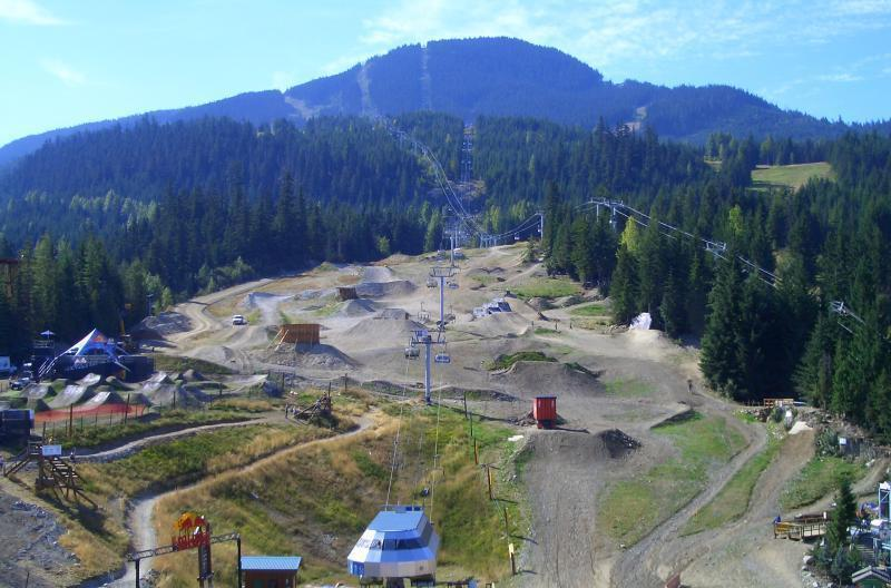 "Whistler Bikepark von oben. Foto aus 2010. XMAG - <a href=""http://en.wikipedia.org/wiki/File:Aerial_View_Bike_Park.jpg"">Quelle</a>, Public Domain, <a href=""https://commons.wikimedia.org/w/index.php?curid=10215324"">Link</a>"
