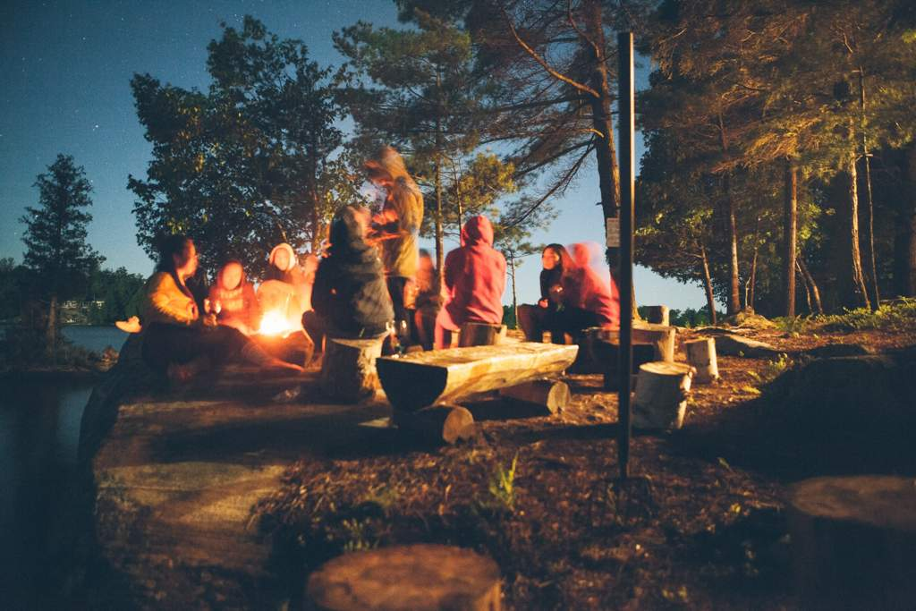Camping in Kanada. Gruppe um Lagerfeuer