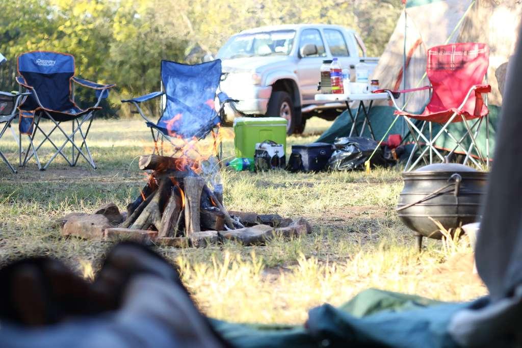 Szene Campingplatz mit Lagerfeuer