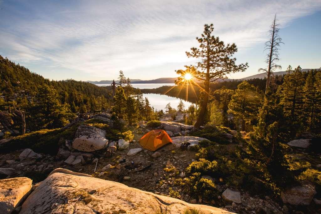 Camping-Zelt auf Bergspitze